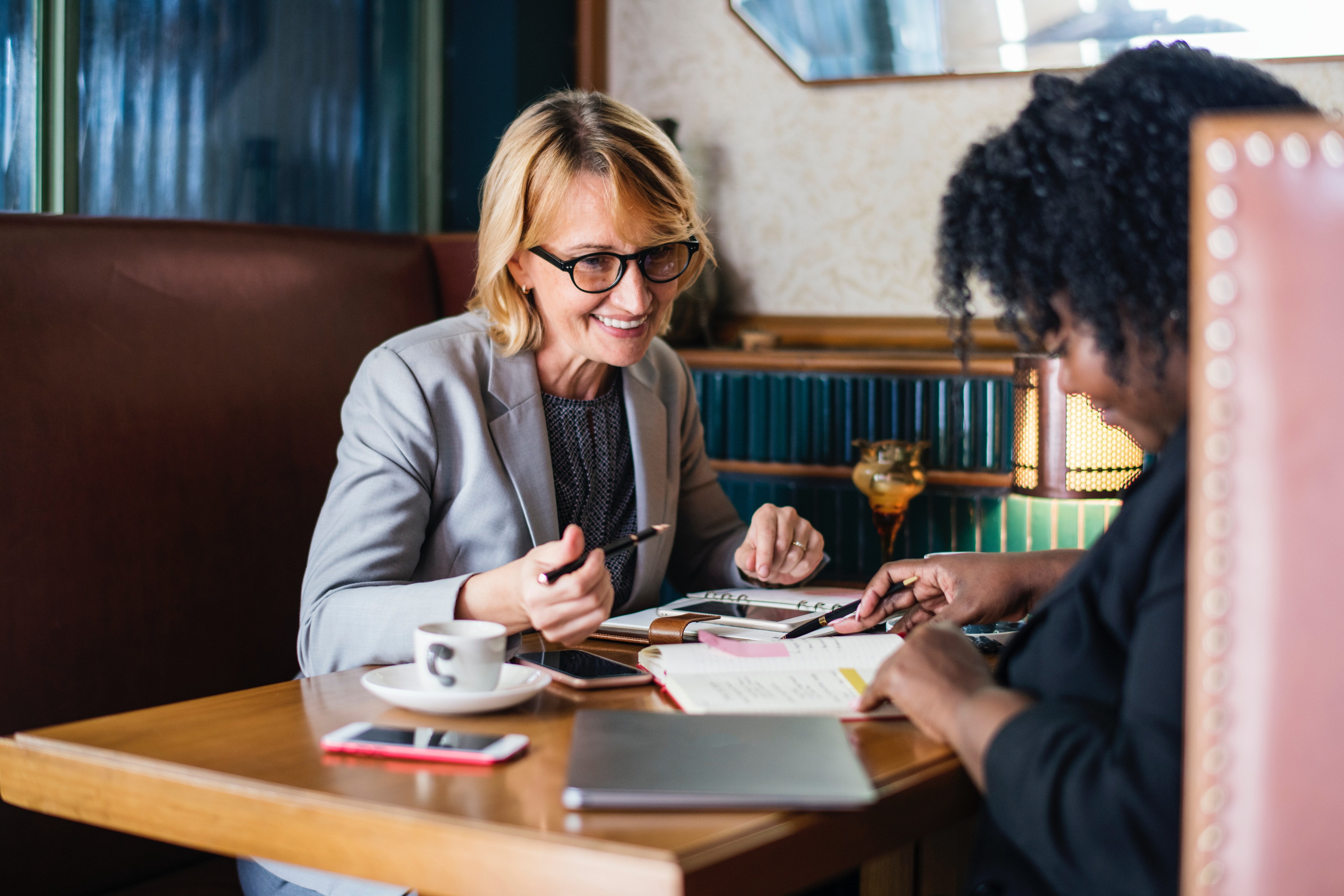 woman meeting mentor for coffee